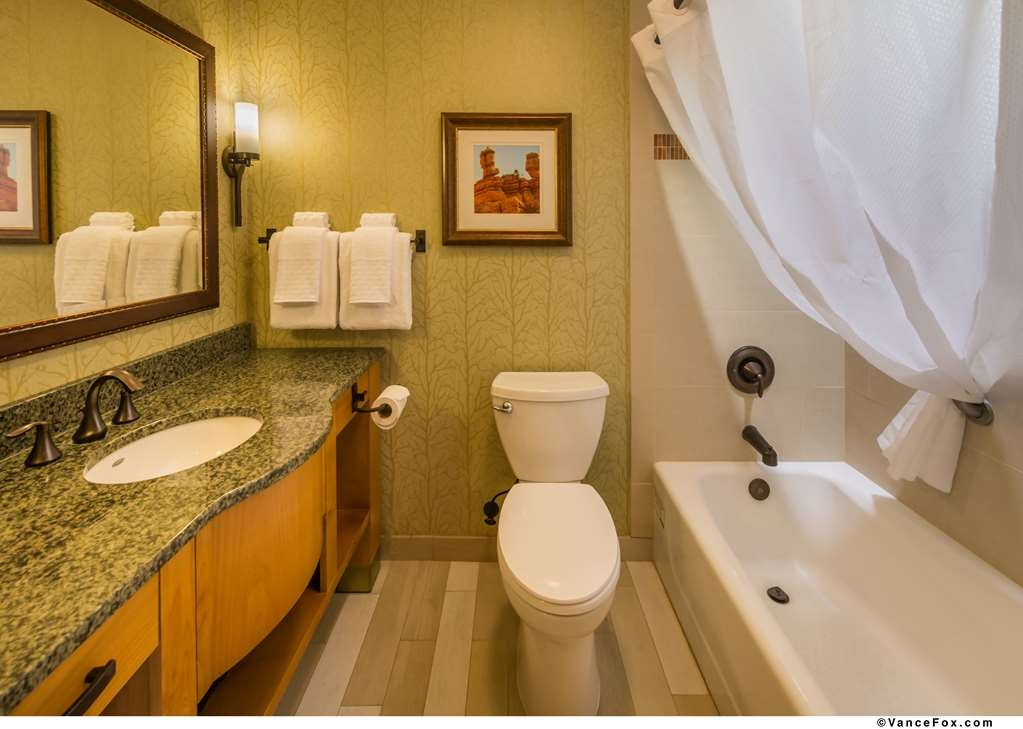 Best Western Premier Brian Head Hotel & Spa - Double Queen Guest Room Bathroom