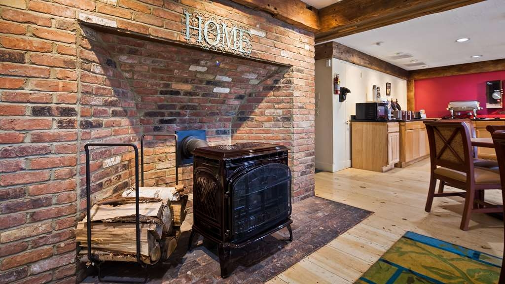 Best Western Inn & Suites Rutland-Killington - Enjoy breakfast by the fire during the colder months.