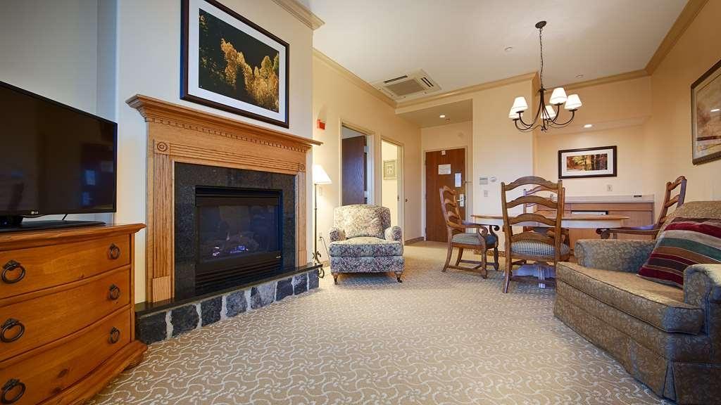 Best Western Plus Waterbury - Stowe - This suite king room offers distinct areas for sleeping, eating and working.