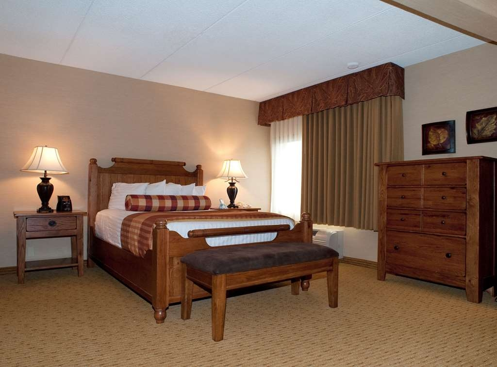 Best Western Plus Waterbury - Stowe - Our standard queen room provides you with a comfortable stay as well as enough space for all your belongings.