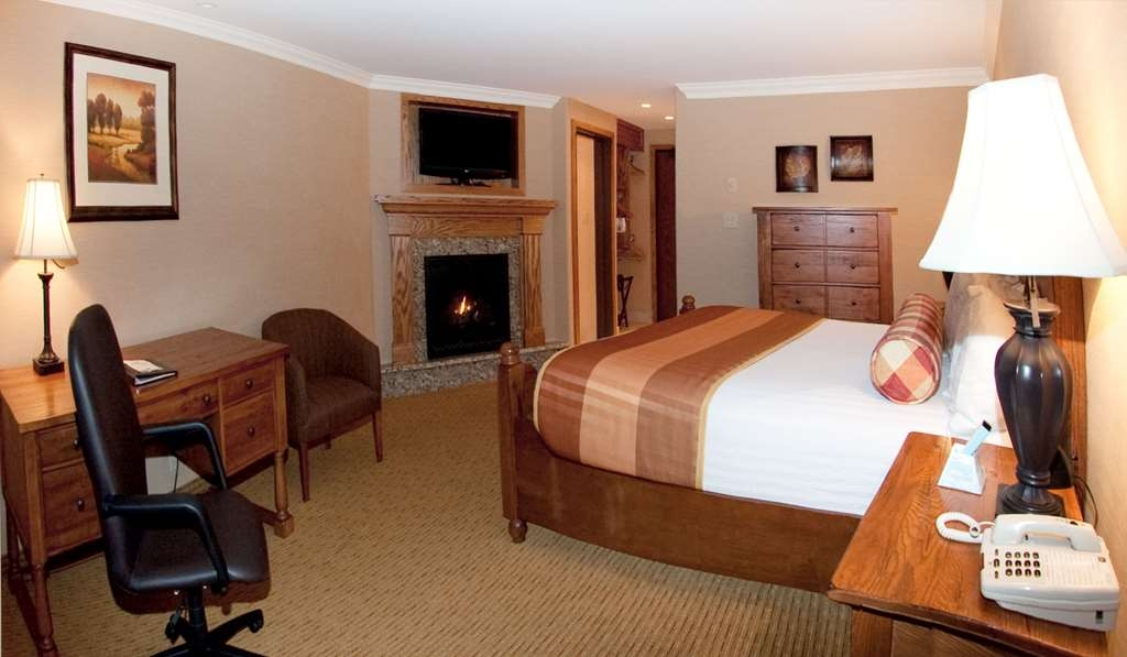 Best Western Plus Waterbury - Stowe - Enjoy your stay in our comfortable queen deluxe room, with a fireplace to stay warm.