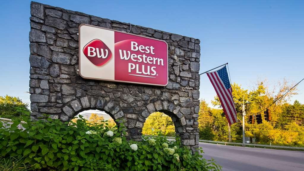 Best Western Plus Waterbury - Stowe - Stone signage welcoming guests to our property.