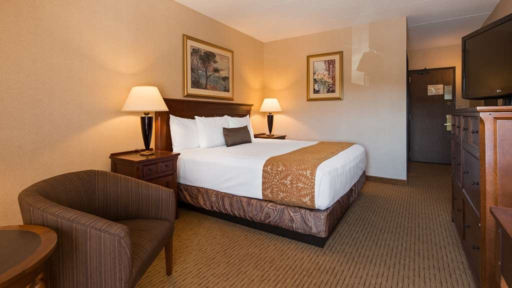 Best Western Plus Waterbury - Stowe - Wake up feeling refreshed in our standard queen room and enjoy your favorite TV show as well as in room complimentary wi-fi.