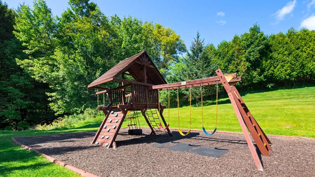 Best Western Plus Waterbury - Stowe - Take your kids out to play on our on site playground and enjoy our beautiful back deck.