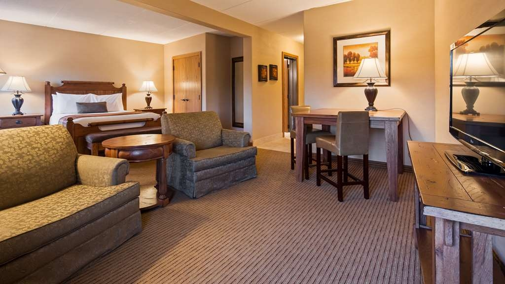 Best Western Plus Waterbury - Stowe - Enjoy our spacious deluxe queen suite with enough room to sit and relax or work comfortably away from the office.