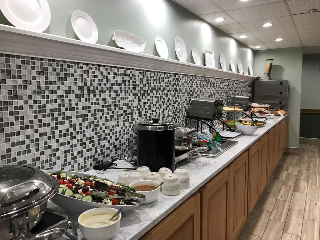 Best Western Plus Waterbury - Stowe - Enjoy a hot continental breakfast at our breakfast buffet area, open from 6 a.m. to 10 a.m.