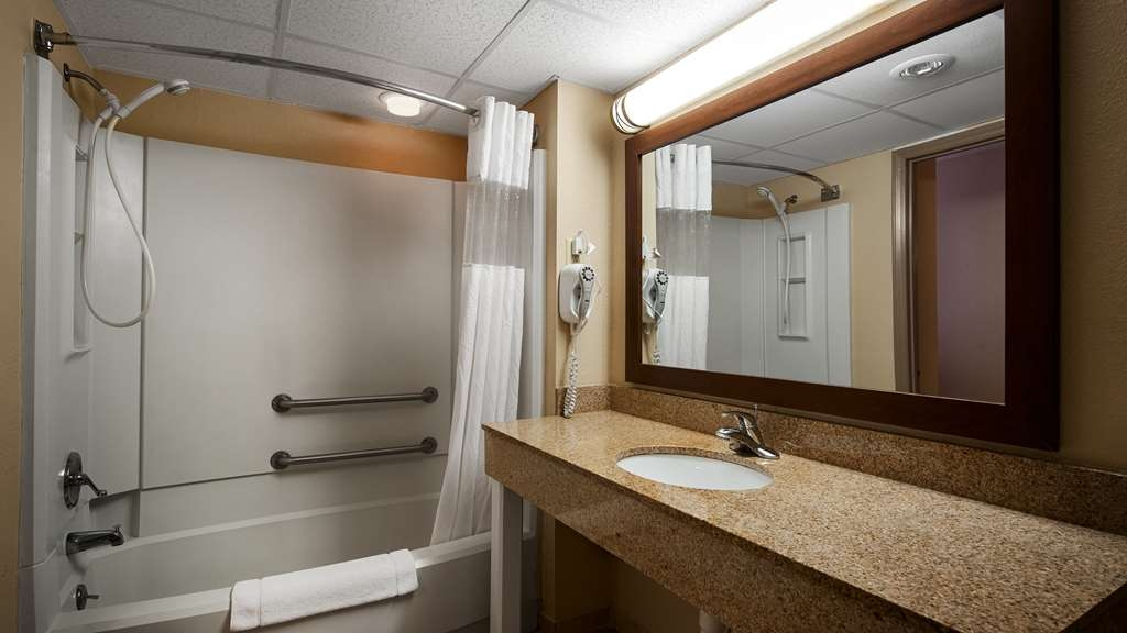 Best Western Radford Inn - Guest Bathroom