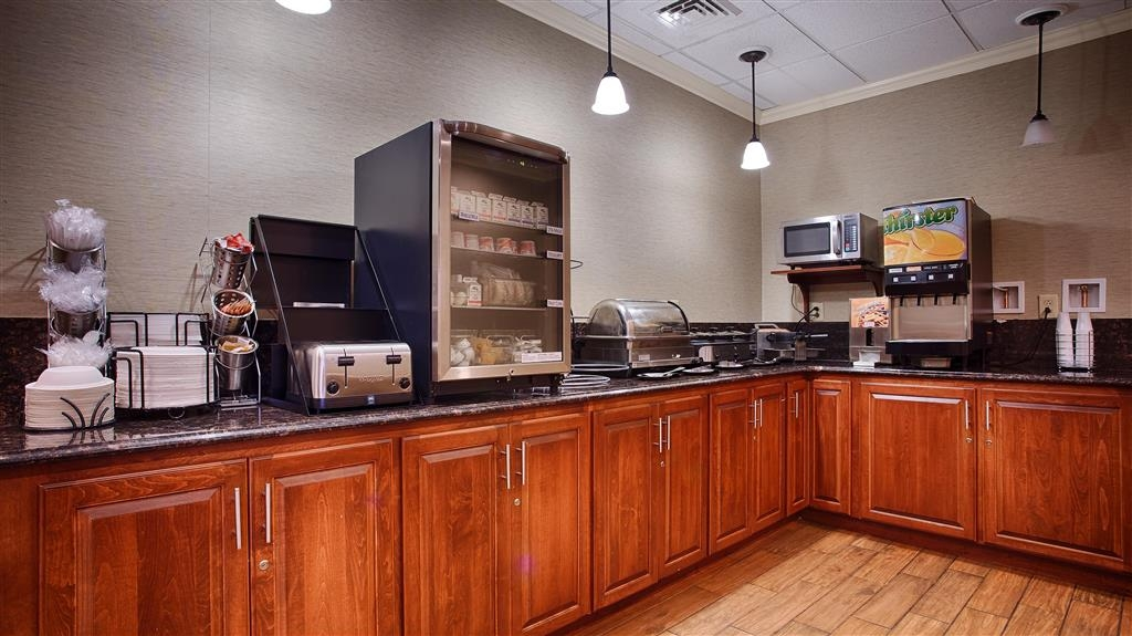Best Western Plus Inn at Valley View - Grab a hot breakfast in our newly renovated breakfast area.