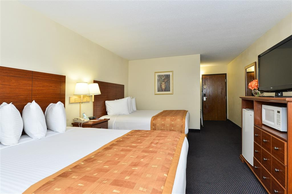 Best Western Wytheville Inn - More than two people in the room? We have enough space in our two double bed guest room.