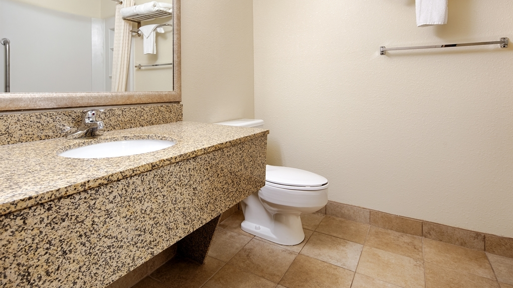 Best Western Wytheville Inn - Guest Bathroom