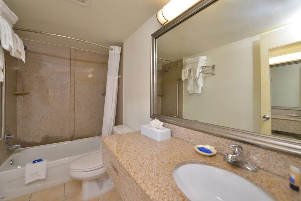 Best Western Plus Holiday Sands Inn & Suites - Baño