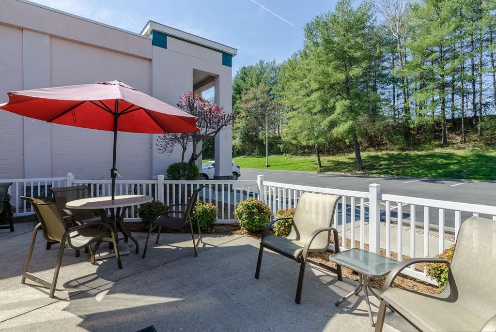 Best Western Lexington Inn - Enjoy your complimentary breakfast or soak up the evening sun on our outdoor patio.