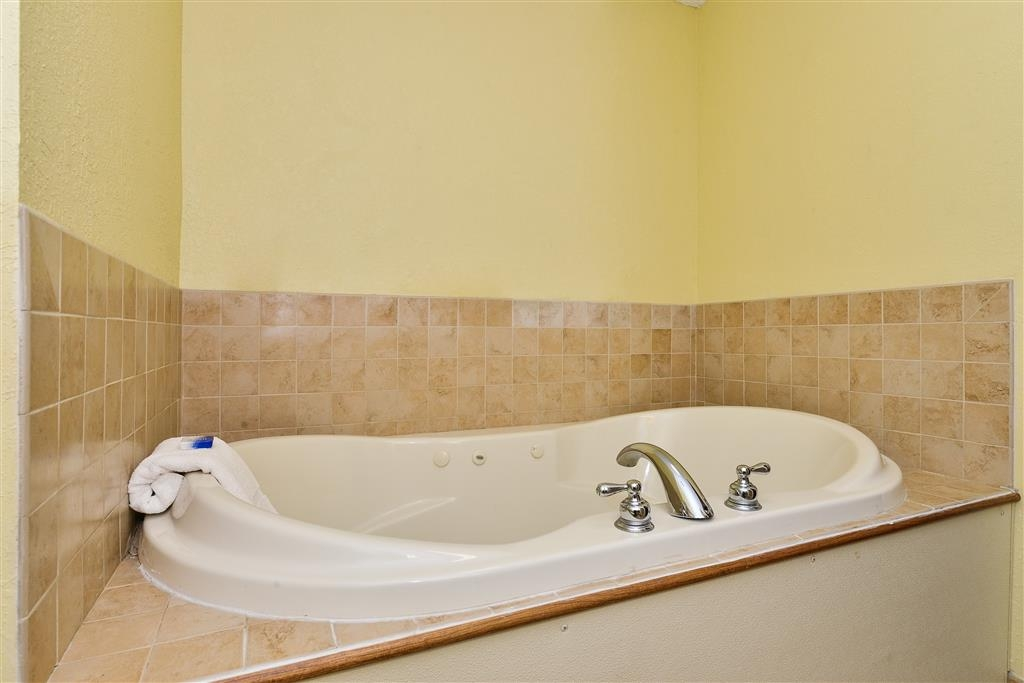 Best Western Plus Crossroads Inn & Suites - Jacuzzi® Suite