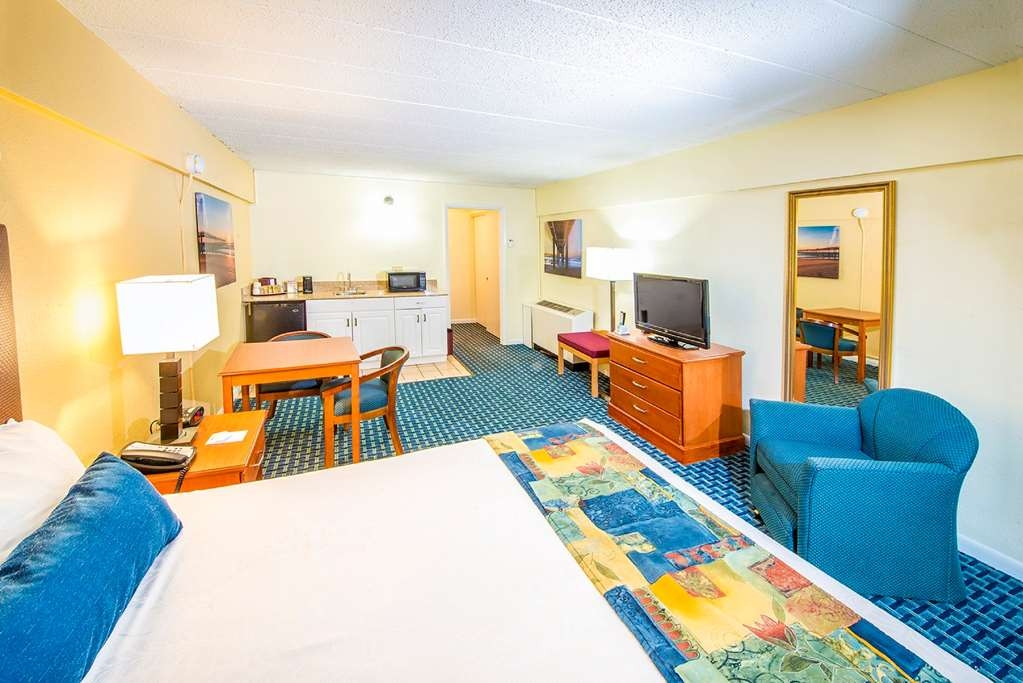 Best Western Plus Virginia Beach - Single room with one queen bed & wet bar is located in our non-oceanfront building, located across the street from the main hotel.