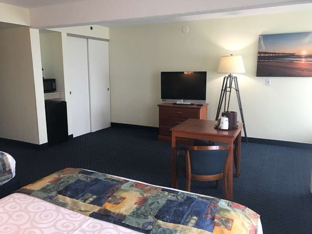 Best Western Plus Virginia Beach - Oceanfront accessible room features a larger floor plan and whirlpool tub.