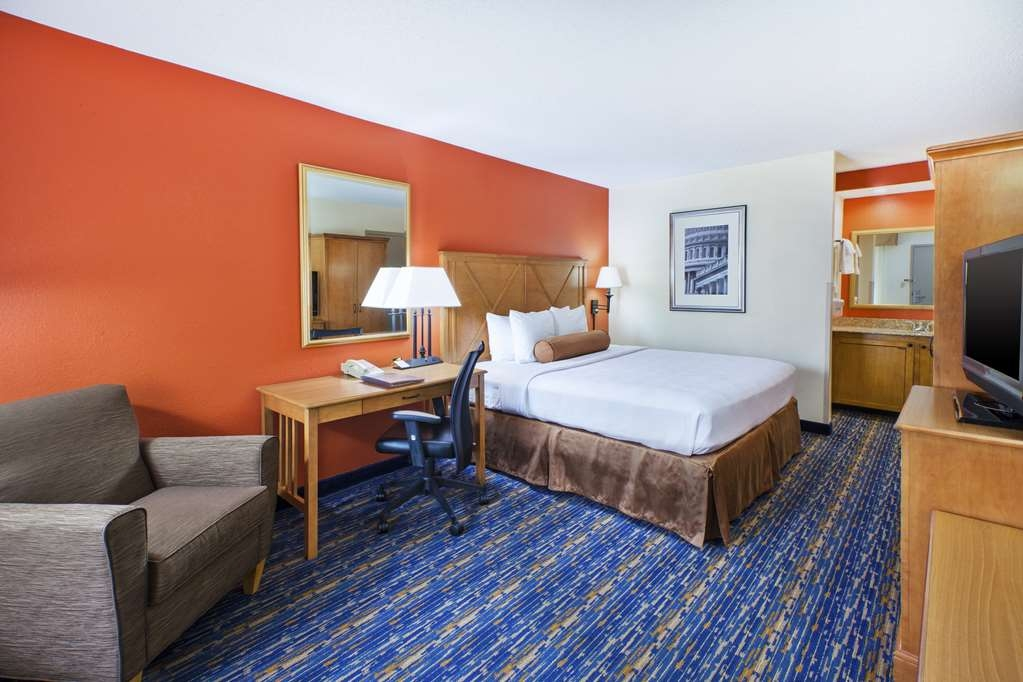 Best Western Dulles Airport Inn - Our standard King Guest Room offers the comforts of home with a few added amenities that will make your stay extra special.