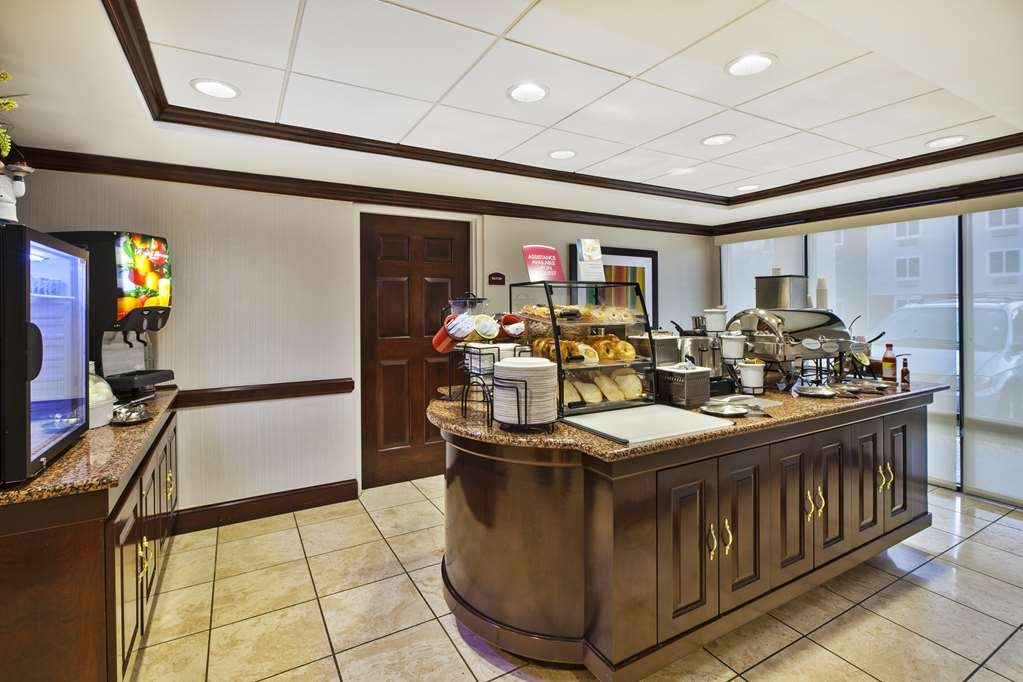 Best Western Dulles Airport Inn - Rise and shine with a complimentary hot breakfast every morning, complete with grab-and-go choices.