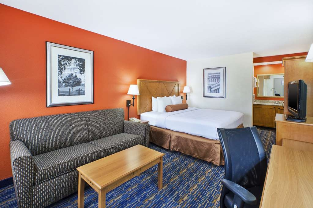 Best Western Dulles Airport Inn - If you're looking for a little extra space to stretch out and relax, book one of our King Guest Rooms with a sofa bed.