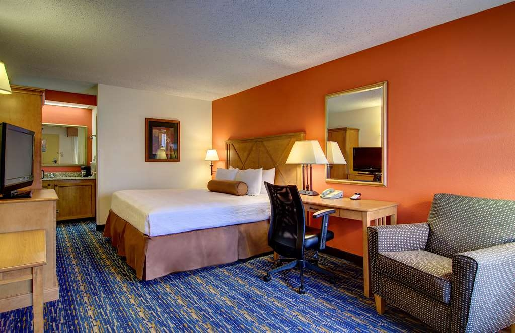 Best Western Dulles Airport Inn - Our standard Double Guest Room offers the comforts of home with a few added amenities that will make your stay extra special.