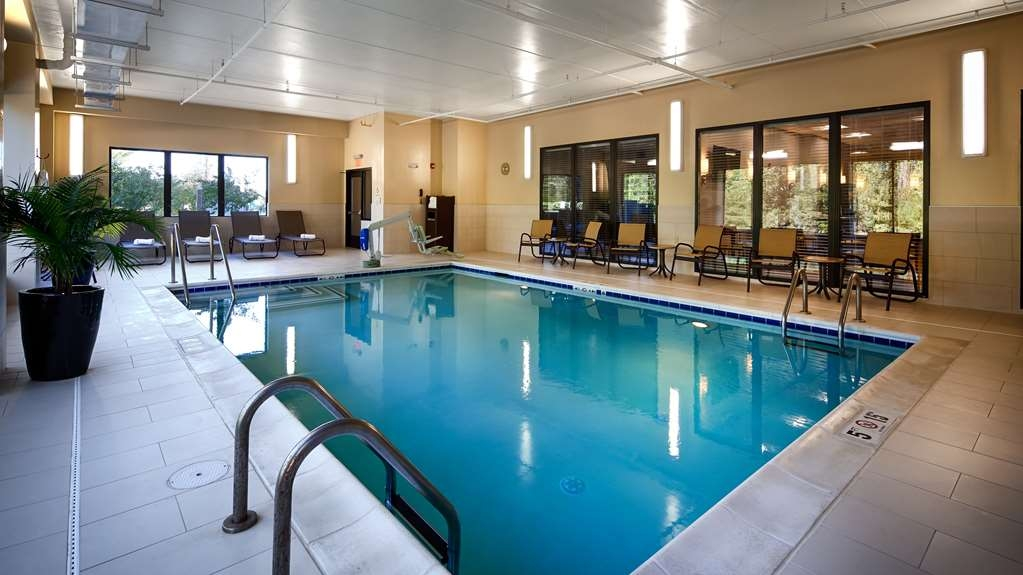 Best Western Plus Thornburg Inn & Suites - Vista de la piscina