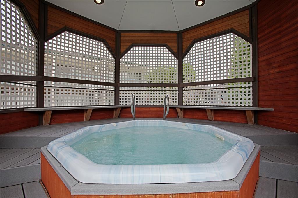 Best Western College Way Inn - Gazebo with Hot tub (minimal jet action). Open year round.