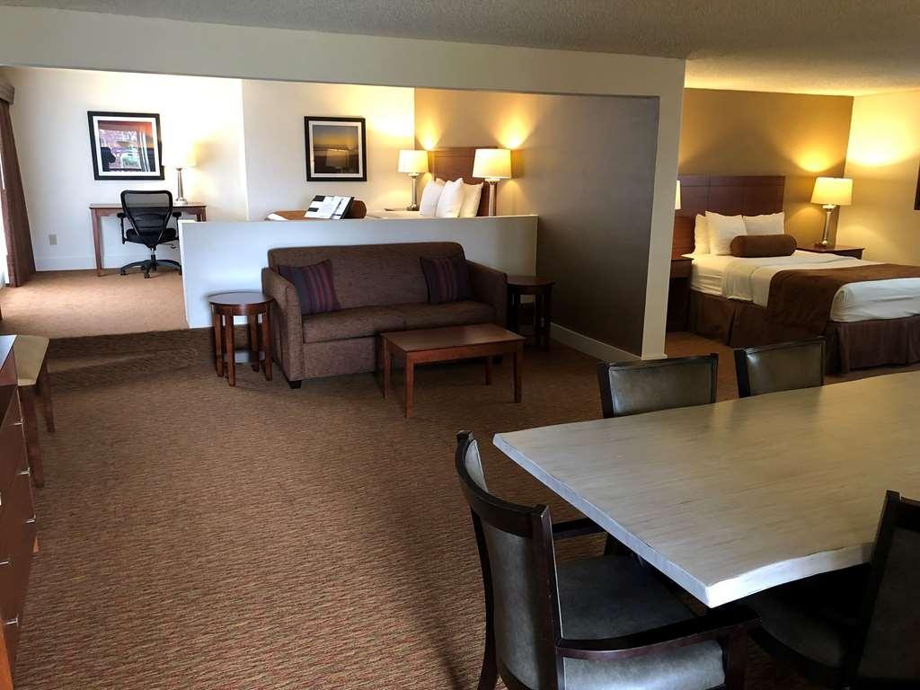 Best Western College Way Inn - Amplia habitación con 2 camas de matrimonio grandes y cocina completa