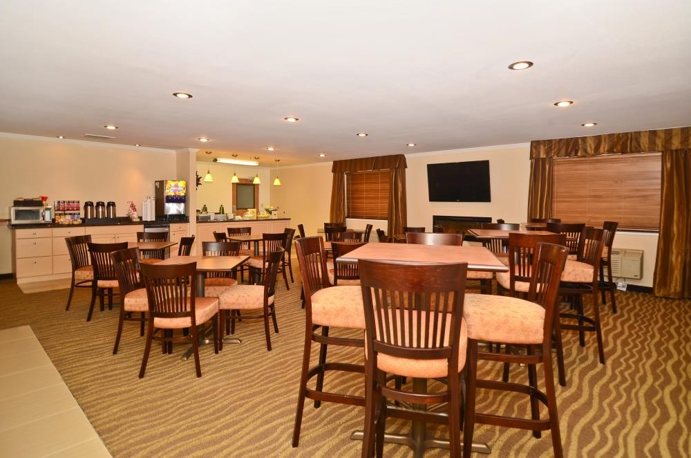 Best Western Tumwater-Olympia Inn - There's plenty of room for the whole family in the breakfast area.