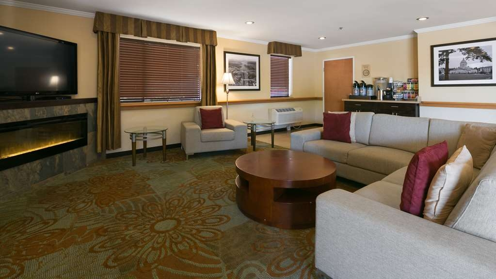 Best Western Tumwater-Olympia Inn - Our 24 hour lobby offers coffee, tea and freshly baked cookies!
