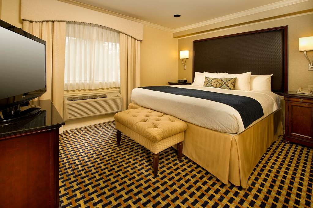 Best Western Premier Plaza Hotel & Conference Center - The King Suite offers you more space plus an oversized jetted tub and bathrobe to keep you warm.