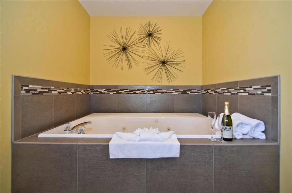 Best Western Plus Kennewick Inn - Our guest room with whirlpool tub is great for a romantic weekend getaway.
