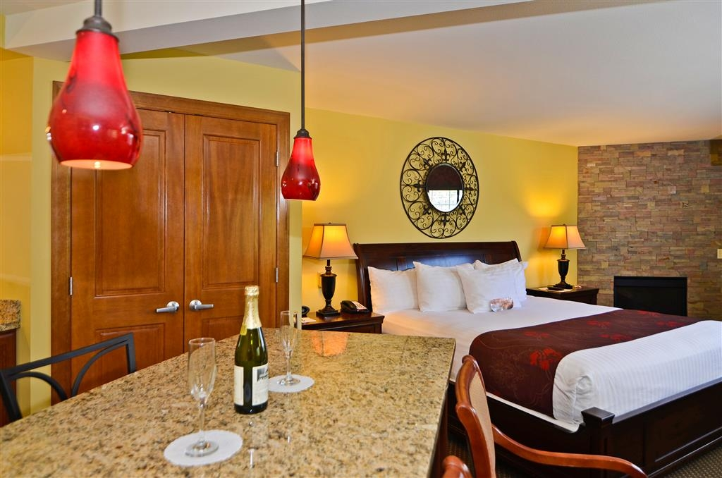 Best Western Plus Kennewick Inn - Treat your special someone to a stay in our King Suite with whirlpool.