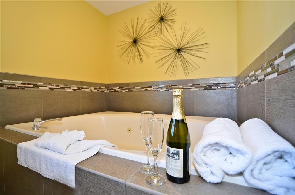 Best Western Plus Kennewick Inn - Relax and unwind after a long day of travel in this guest room whirlpool tub.