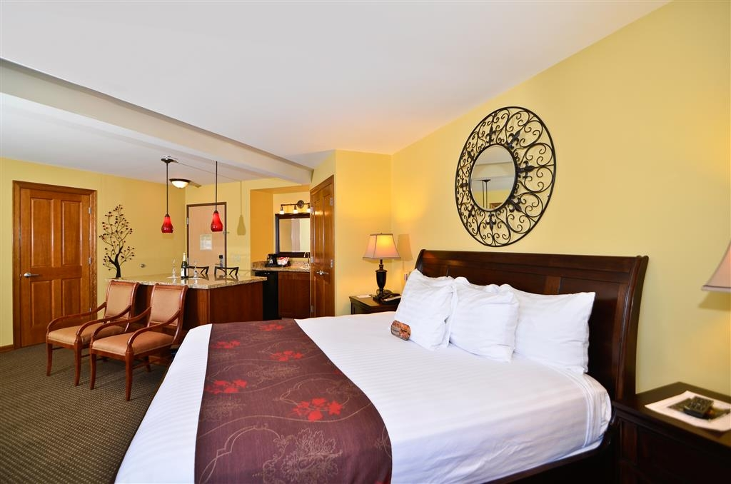 Best Western Plus Kennewick Inn - This King Suite with whirlpool is perfect whether you're visiting Kennewick for business or pleasure.