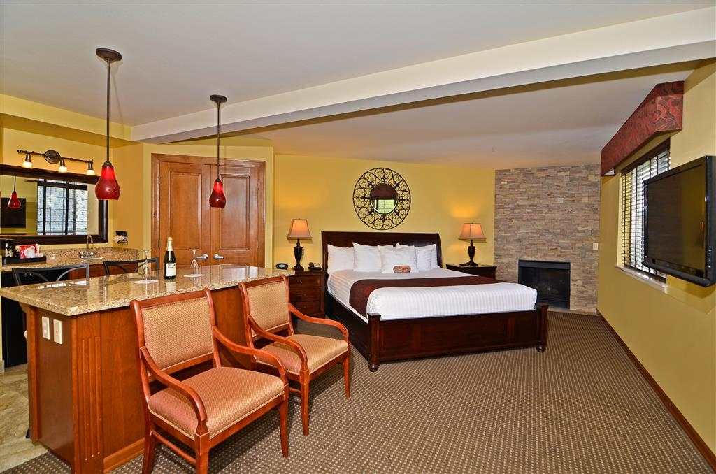 Best Western Plus Kennewick Inn - Sit back and relax in this King Suite with whirlpool.