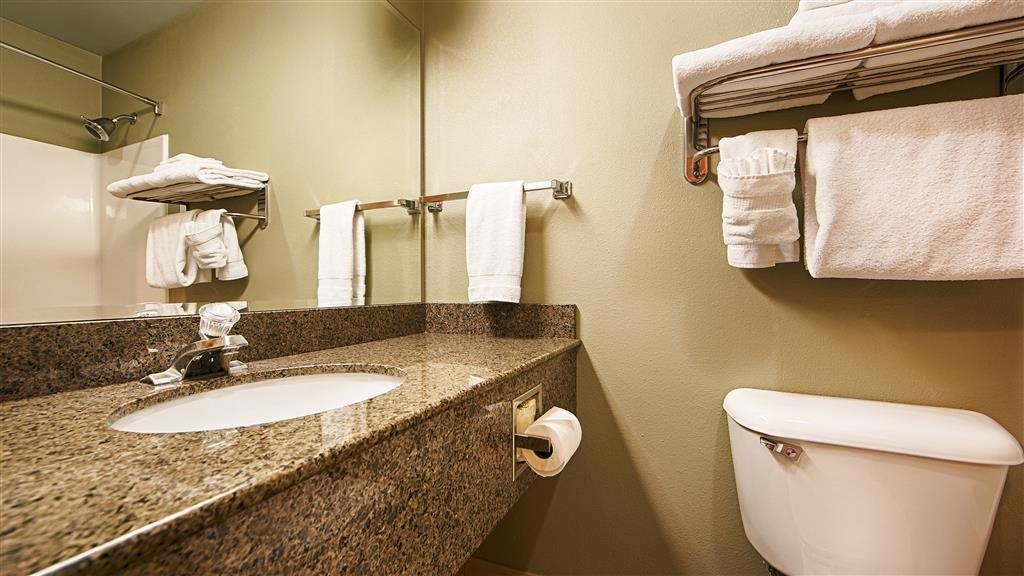 Best Western Plus Kennewick Inn - Guest Bathroom