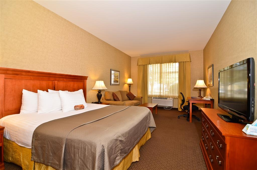 Best Western Plus Kennewick Inn - Enjoy a separate seating area when you book this Deluxe King Guest Room with sofa.