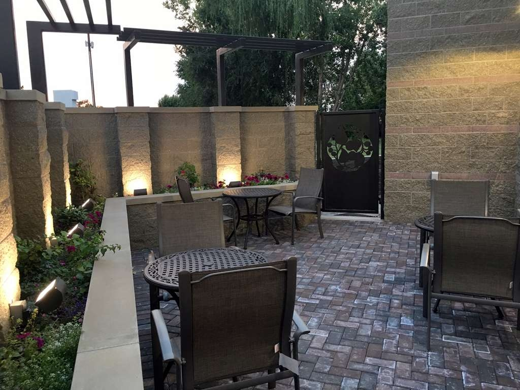 Best Western Plus Kennewick Inn - Outdoor patio providing a perfect place to sit for breakfast during those warm summer mornings and a great area to relax in the evening!
