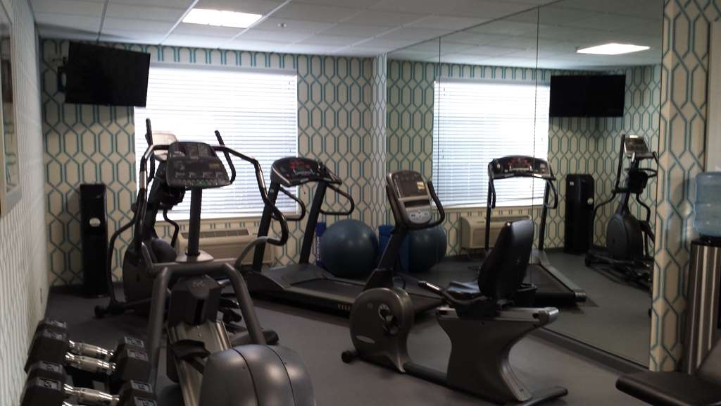 Best Western Plus Kennewick Inn - Our fitness center includes a stationary bike, an elliptical and a treadmill.