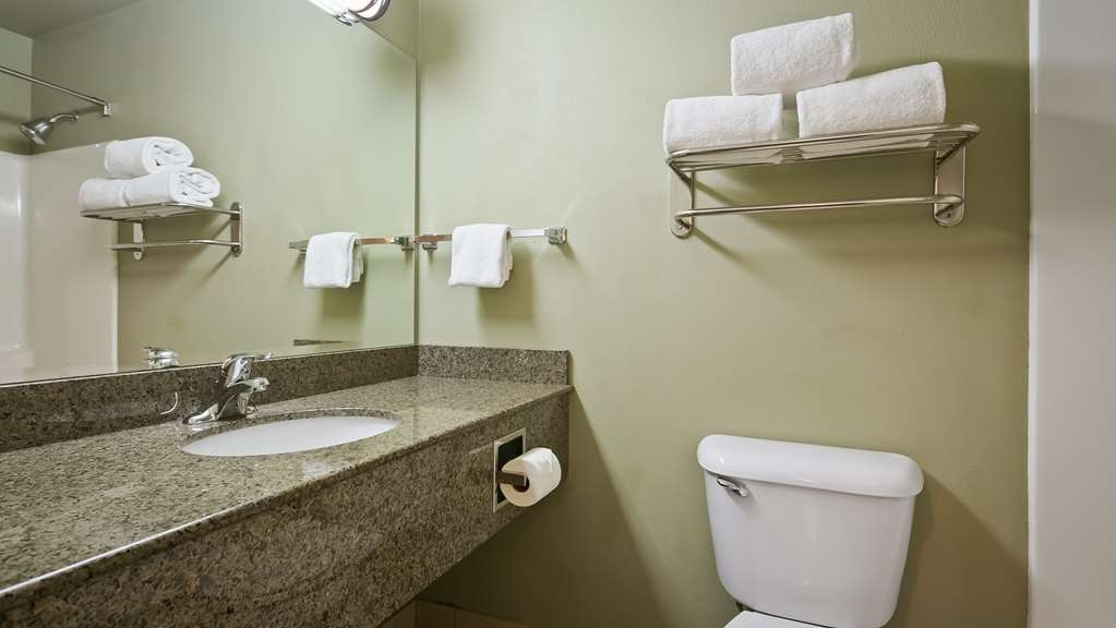 Best Western Plus Kennewick Inn - Get ready for the day in this fully equipped guest bathroom.