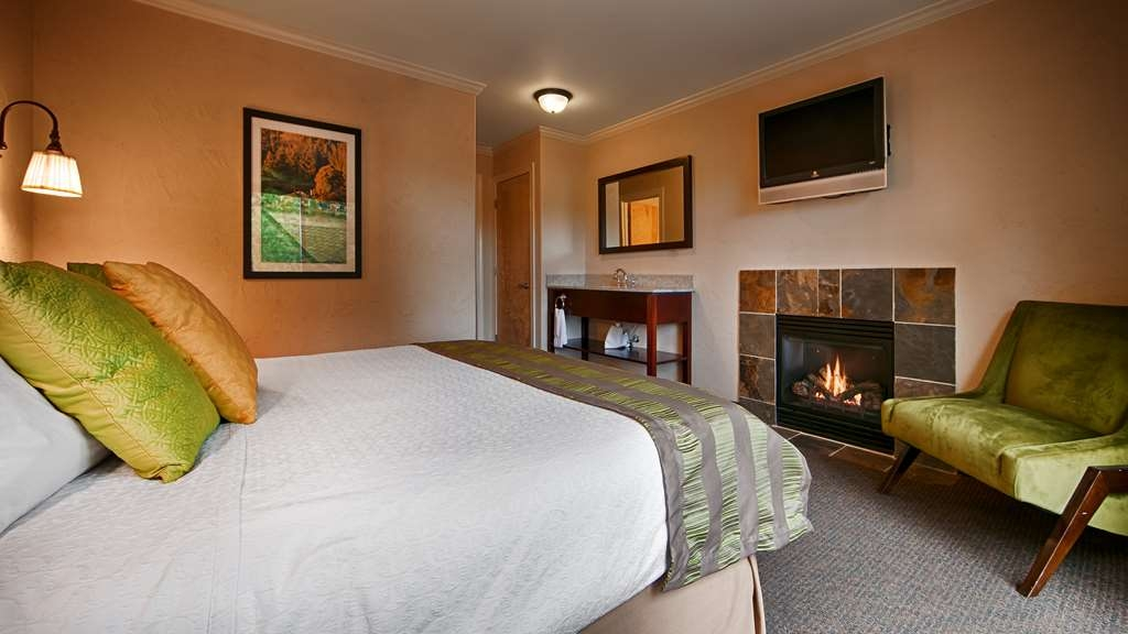 Best Western Wesley Inn & Suites - Our King suites with fireplaces and sofa sleepers are perfect for extended stays or a romantic weekend getaway.