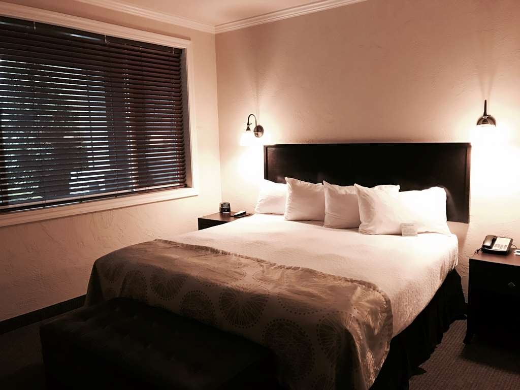 Best Western Wesley Inn & Suites - Our king suite has a separate room that is equipped with a desk, wet bar and sofa bed.