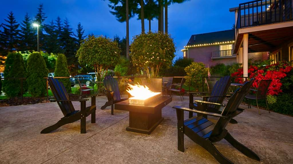 Best Western Wesley Inn & Suites - Courtyard with fire table
