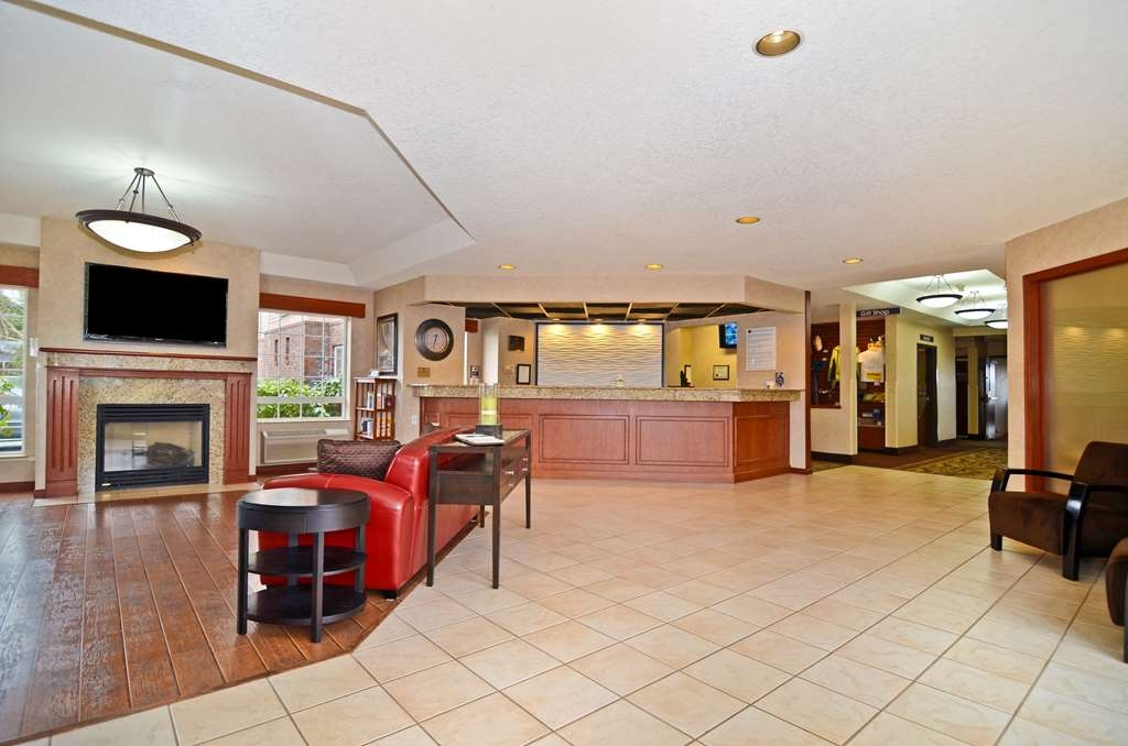 Best Western Plus Park Place Inn & Suites - Our hotel desk is staffed and ready to help 24-hours a day.