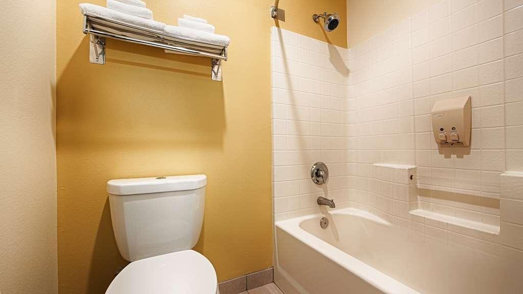 Best Western Plus Park Place Inn & Suites - Guest bathroom