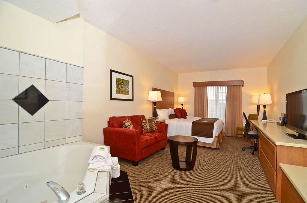 Best Western Plus Park Place Inn & Suites - The Jacuzzi® suite is perfect for a weekend getaway.