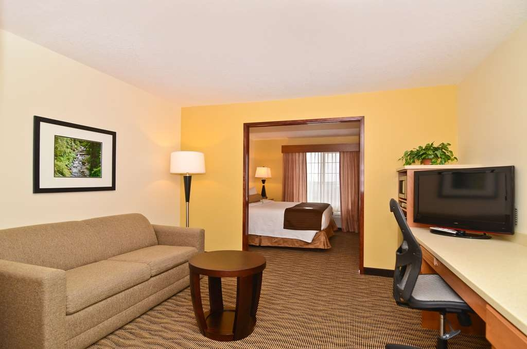 Best Western Plus Park Place Inn & Suites - Our king suites have plenty of room for the whole family.