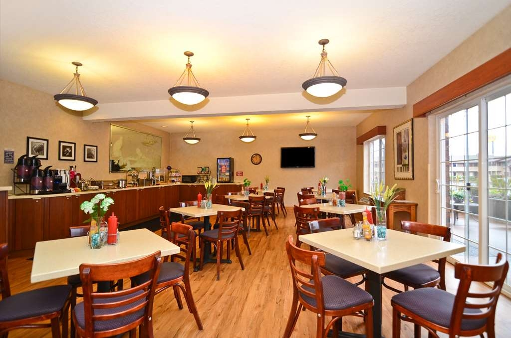 Best Western Plus Park Place Inn & Suites - Our delicious breakfast now features a made to order omelette bar.