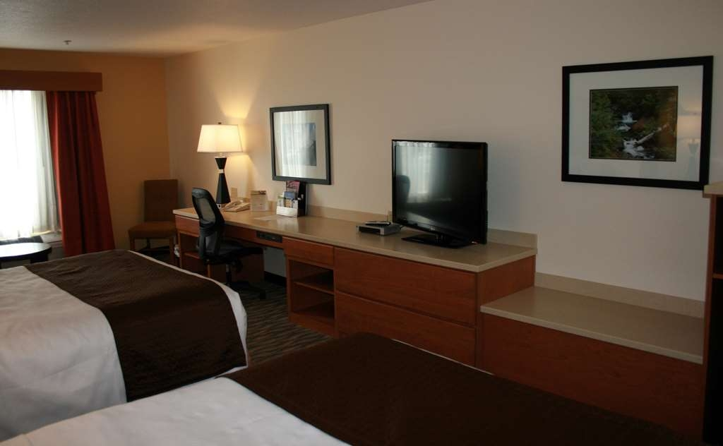 Best Western Plus Park Place Inn & Suites - Nothing beats a comfortable bed and a flat screen TV after a long day.