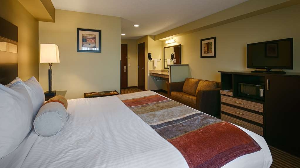 Best Western Rama Inn - King Mobility Accessible Suite with Roll-in Shower Guest Room