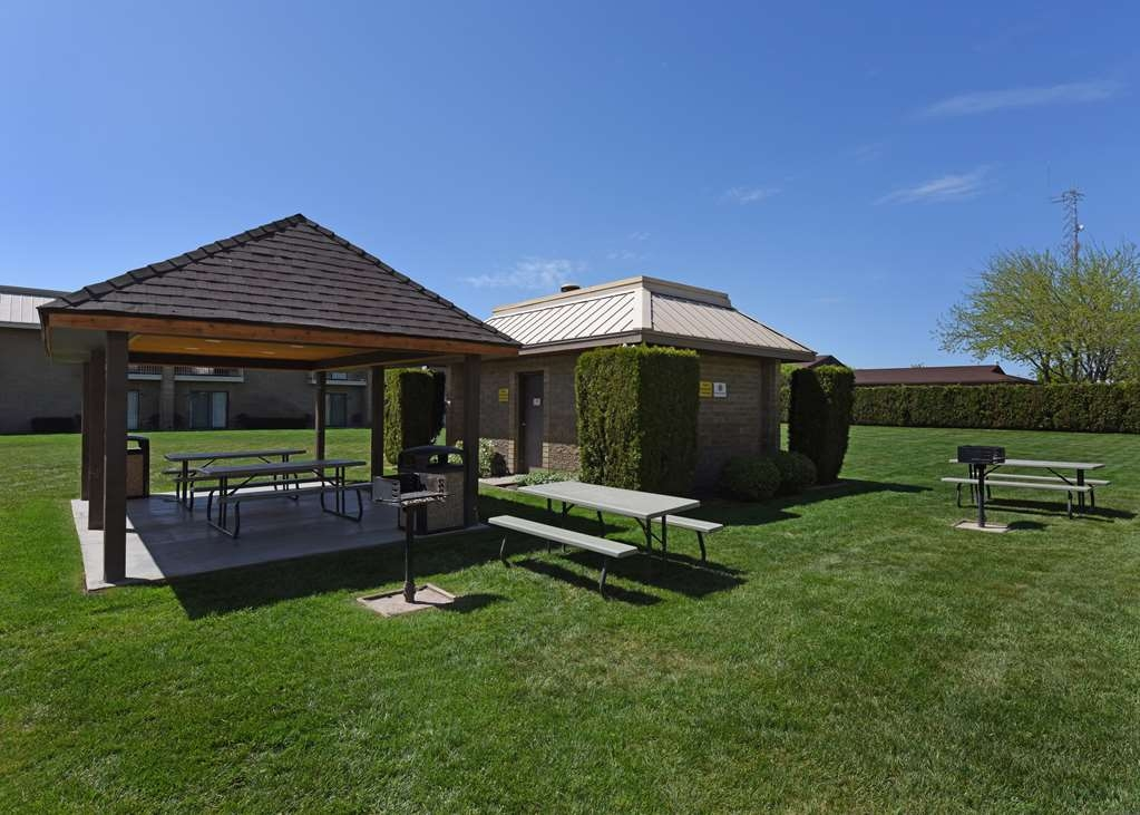 Best Western Plus Ahtanum Inn - Our outdoor enclosed courtyard area features barbecue units, seasonal covered picnic areas, a seasonal outdoor pool and spacious lawn area.